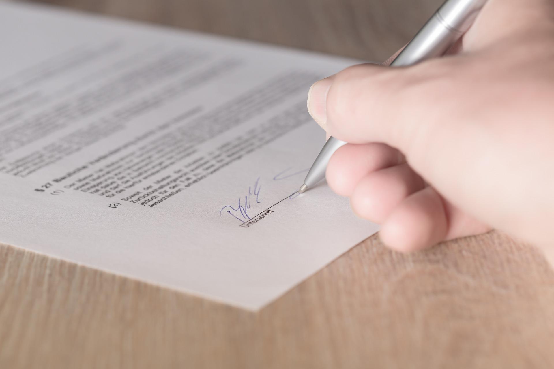 firma su contratto di lavoro